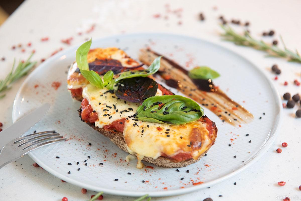 фуд фото - горячий бутерброд с плавленым сыром