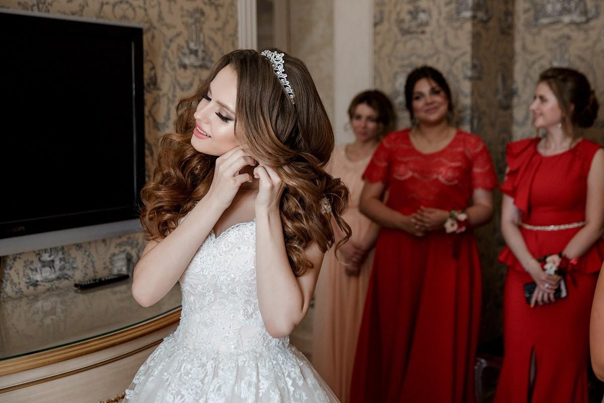 Невеста одевает серьги