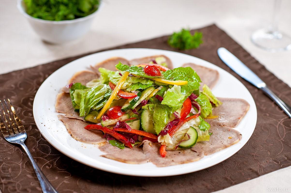 салат с мясной нарезкой - фуд фото