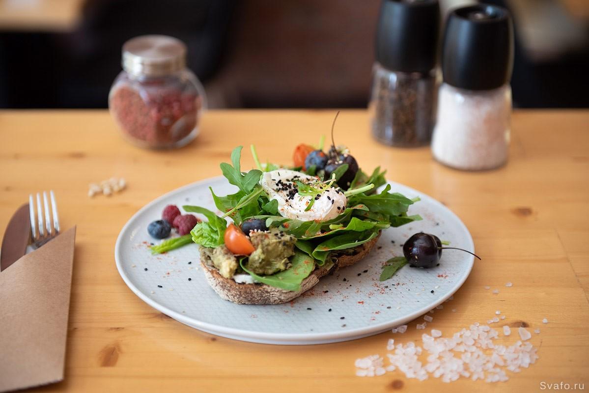 бутерброд с яйцом - фото подачи на столе