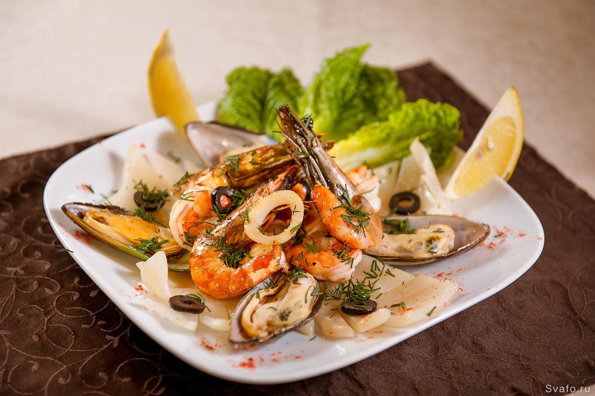 Морепродукты на тарелке - фото еды для меню ресторана