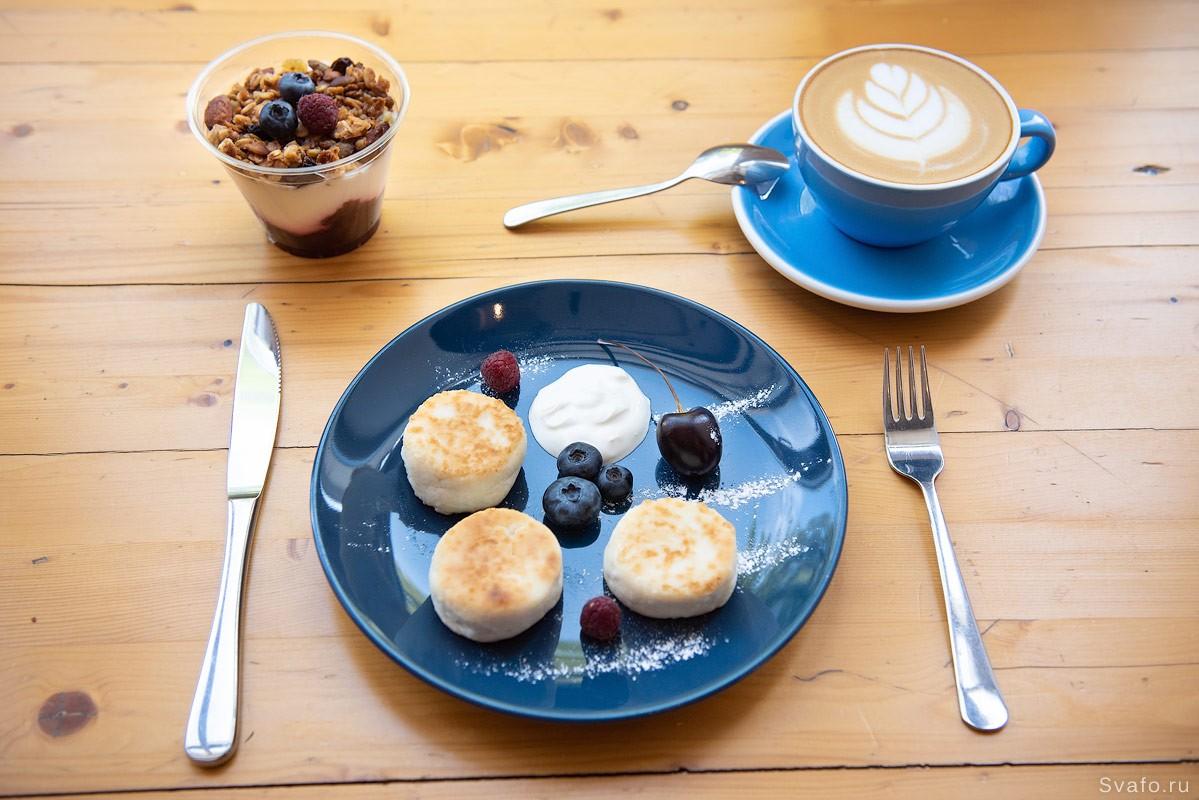 Подача завтрака в кафе