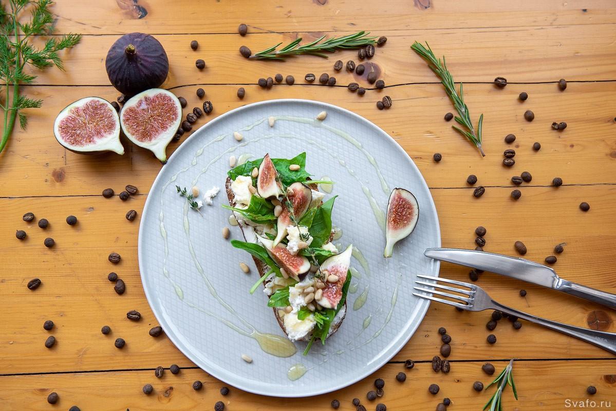Бутерброд с инжиром и брынзой - утреннее фуд меню
